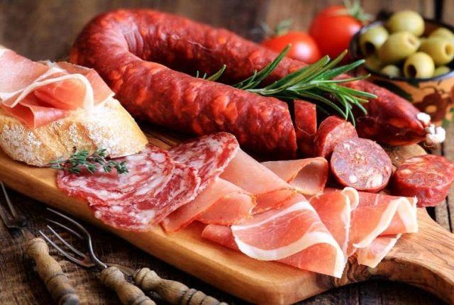 Разные сорта колбасных изделий