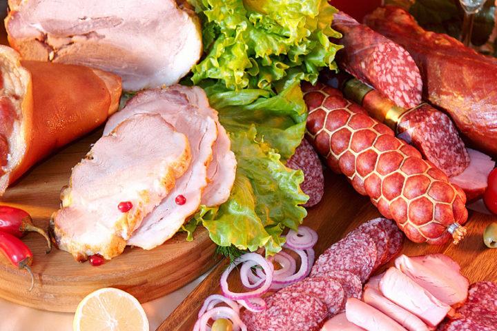 Разные сорта колбас