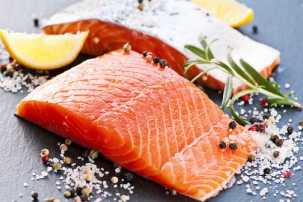Красная рыба, специи, пряности, травы и лимон