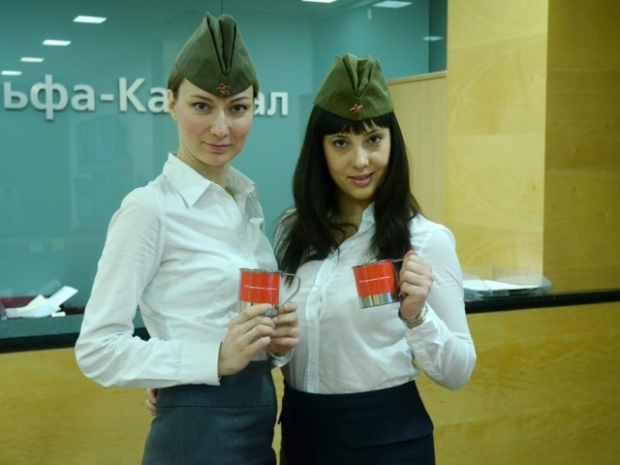 Сотрудницы в пилотках в офисе