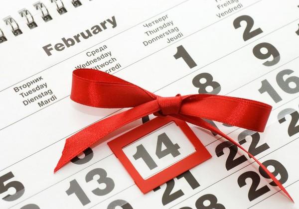 Выделенное число с красным бантиком в календаре