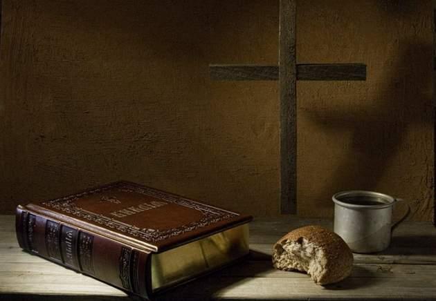 Распятие, книга, краюха хлеба и кружка