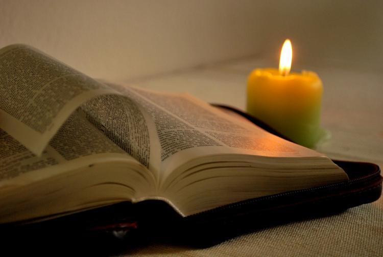Библия и горящая свеча