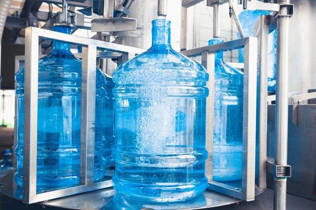 Розлив воды по бутылям на производстве