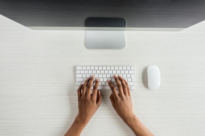 Руки на клавиатуре ПК