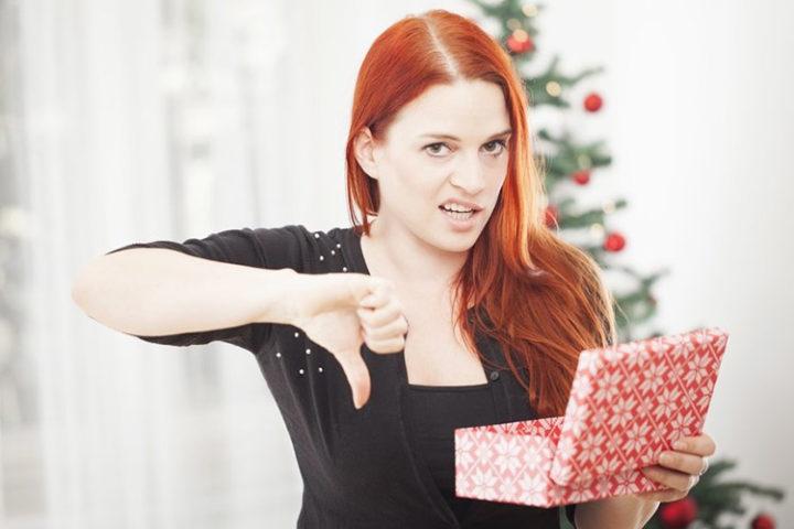 Молодая женщина недовольна подарком