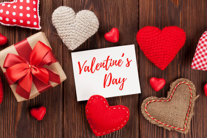 Сердечки и валентинка на деревянном полу