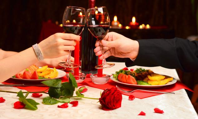 Чин-чин бокалами с красным вином