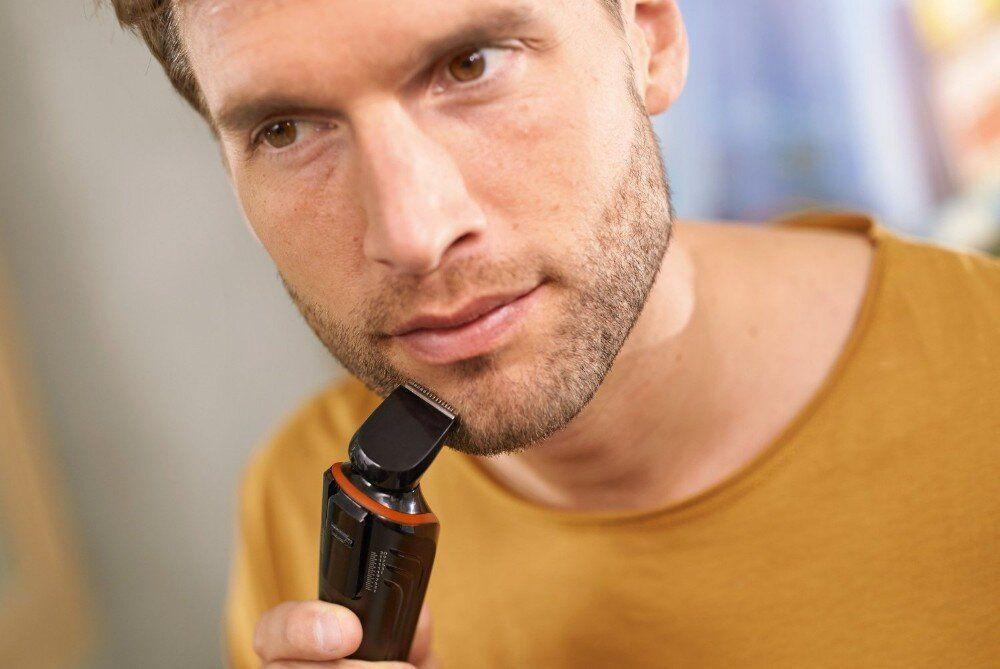 Мужчина бреется стайлером