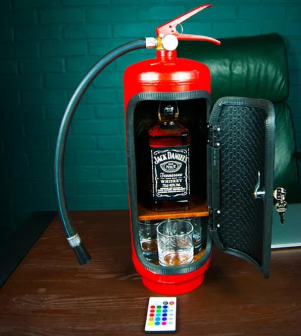 Мини-бар в форме огнетушителя с виски и стаканами внутри