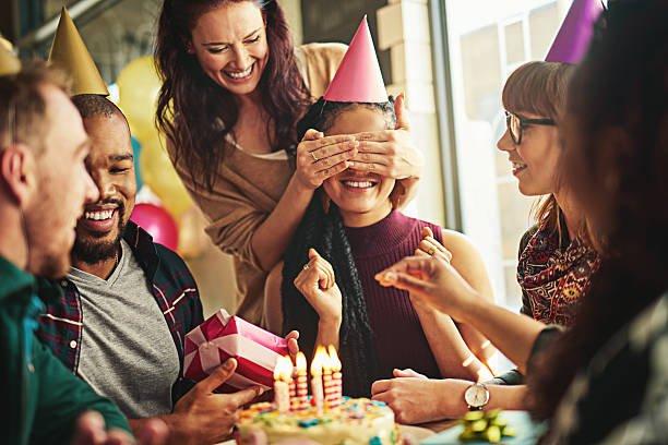 Веселая компания отмечает день рождения