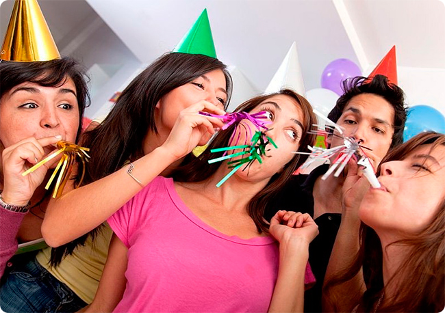 Друзья в колпачках веселятся на празднике