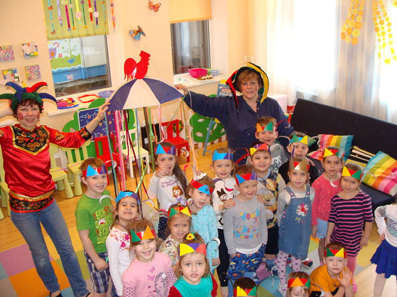 Переодетые воспитательницы с детьми в детском саду