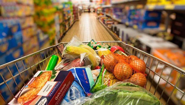 Продукты в тележке супермаркета