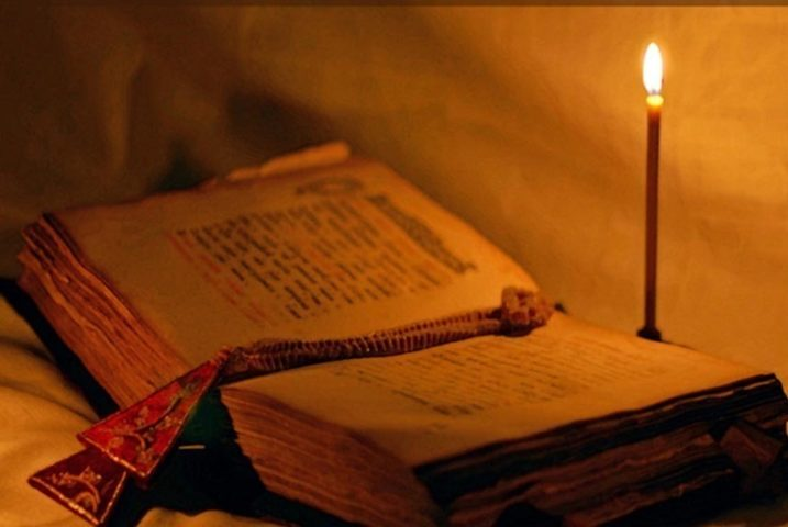 Старый молитвослов и горящая свеча