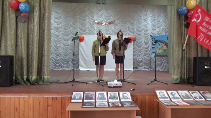 Девушки в военной форме на сцене ведут концерт, приуроченный к 9 мая