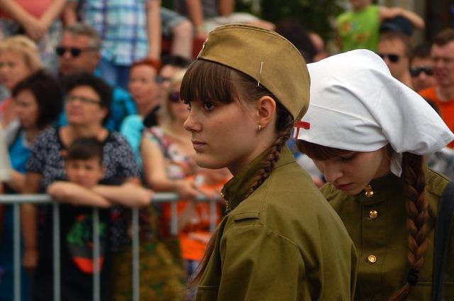 Девочки в военной и медсестринской форме на День Победы