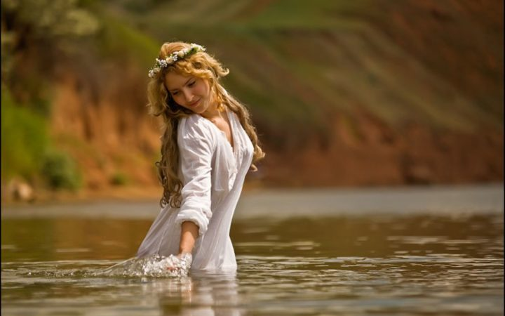 Девушка с венками в реке