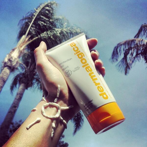 Солнцезащитный крем в руке