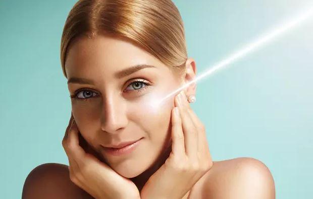 Молодая женщина улыбается солнечному лучику на своем лице