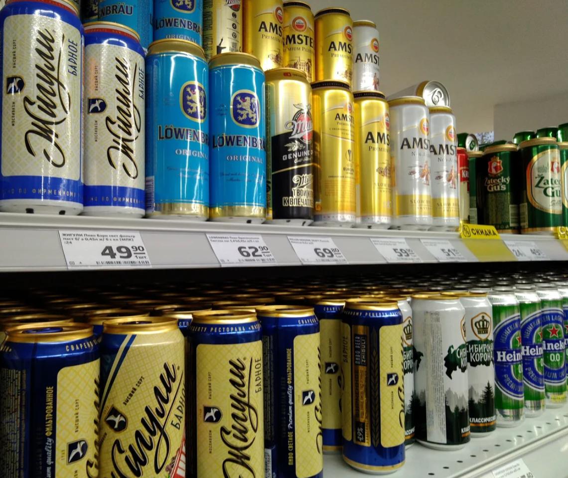 Баночное пиво на прилавке магазина