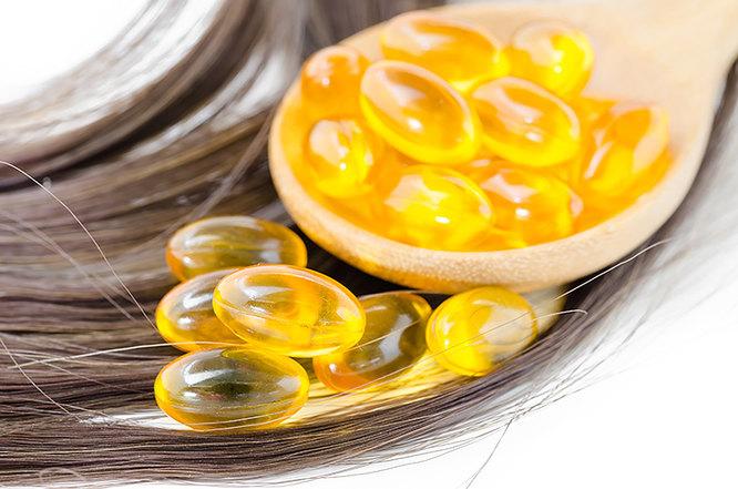 Капсулы с витаминами на волосах