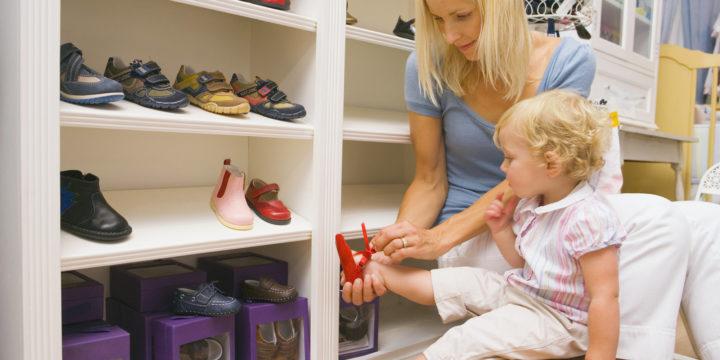 Ребенок в обувном магазине