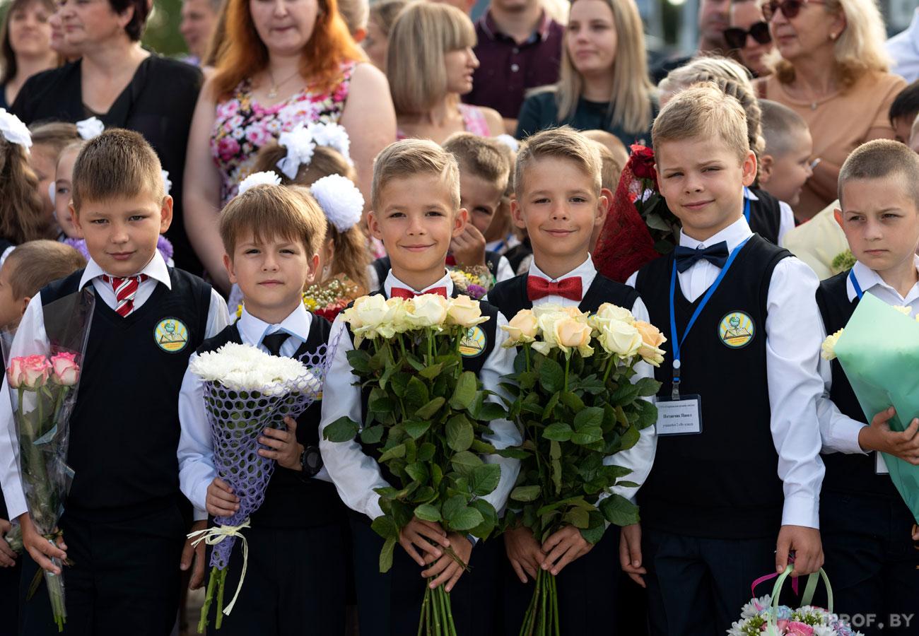 Школьники с букетами на линейке 1 сентября