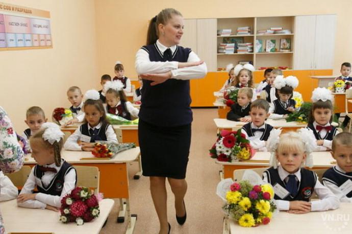 Учитель в классе во время первого урока в начальной школе