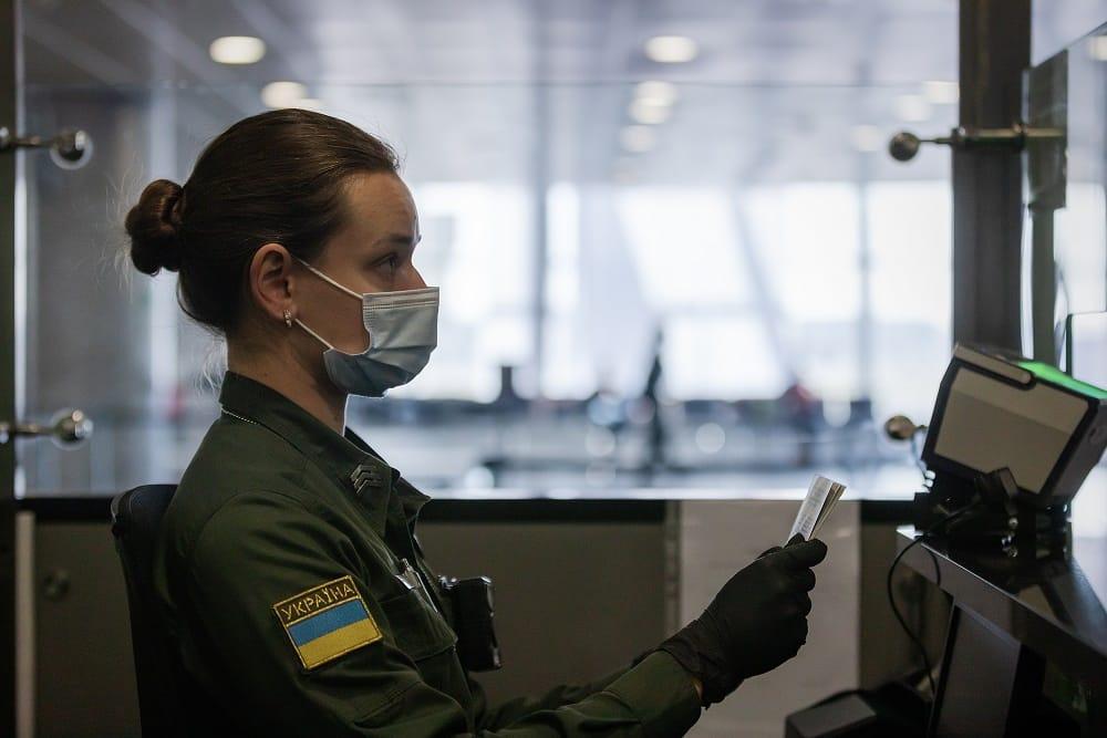 Сотрудница пограничной службы Украины на рабочем месте