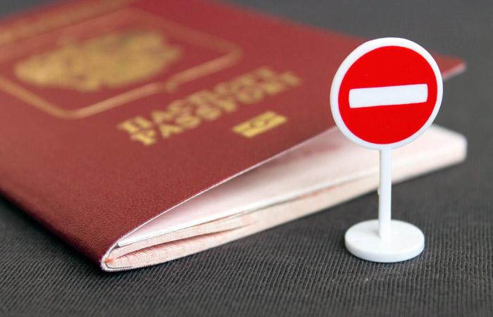 """Биометрический российский паспорт и миниатюрный дорожный знак """"Въезд запрещен"""""""
