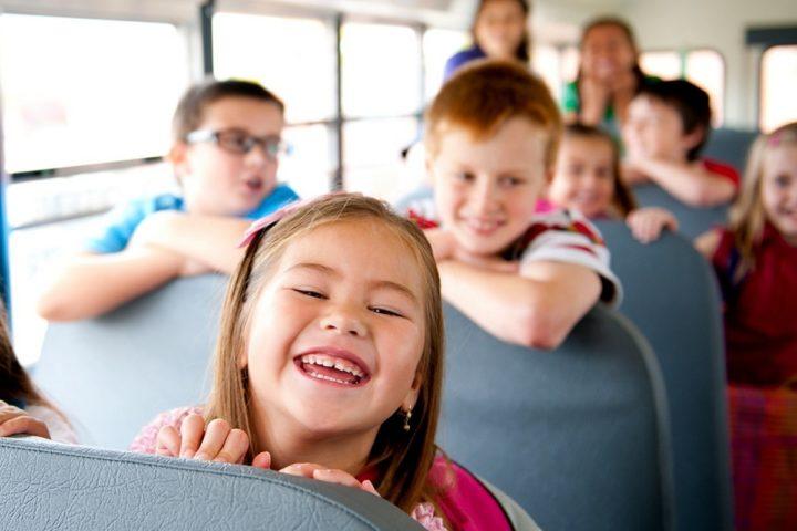 Дети смеются в пассажирском автобусе