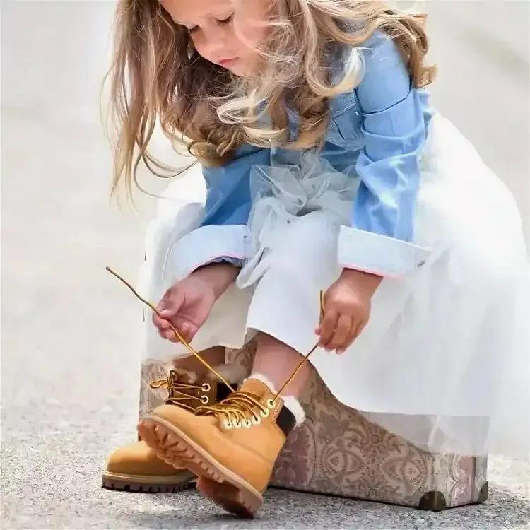 Девочка примеряет обувь