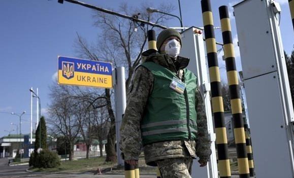 Пограничник в маске на украинском КПП