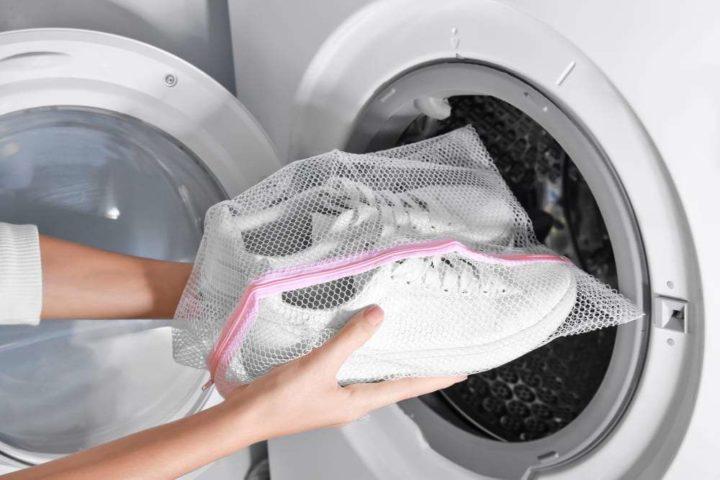 Кроссовки в стиральном мешке перед стиркой