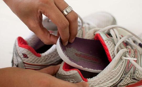 Извлечение стельки из спортивной обуви