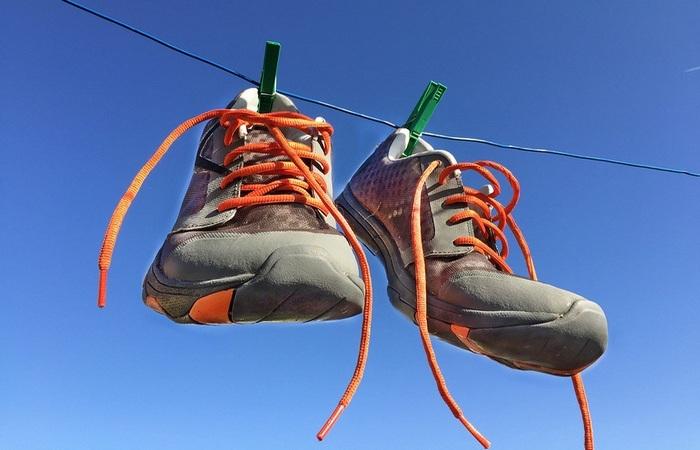 Кроссовки висят на веревке