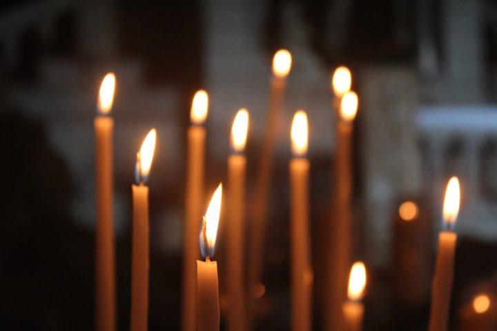 Зажженные церковные свечи
