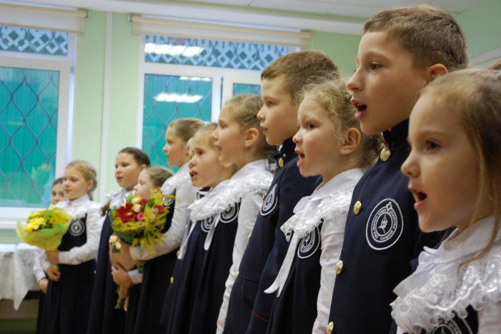 Учащиеся младших классов поздравляют учителей