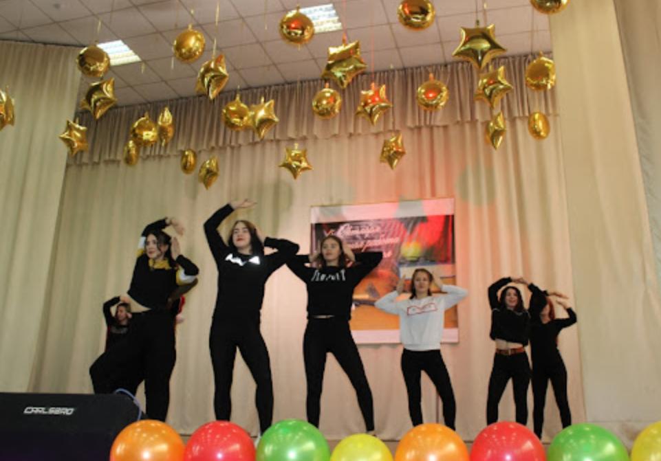 Танцевальный номер учениц колледжа ко Дню учителя