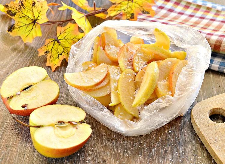 Нарезанные яблоки — пополам и дольками в пакете